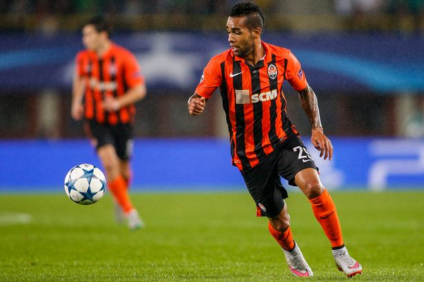 Alex-Teixeira-controls-the-ball